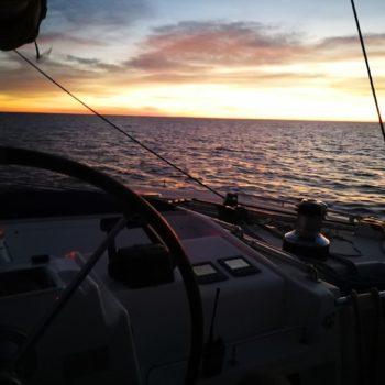 Morgenstimmung unter Segel auf hoher See