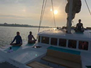 Yoga-Sailing, an Deck von Parana II bei Sonnenuntergang