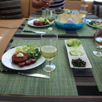Essen serviert auf Lagoon500 1
