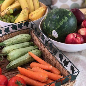 Gemüseschalen und Früchte