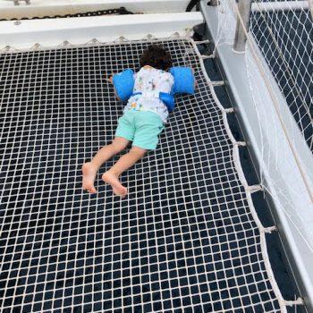 Fische beobachten durch das Trampolin Netz hindurch