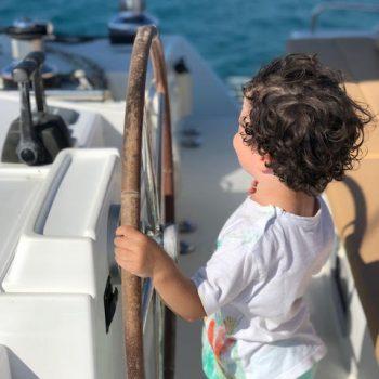 Kind am Steuer von Lagoon 500