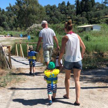 Kinder an Land spazieren