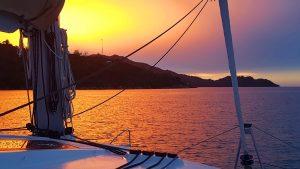 Seychellen Segelurlaub Sonnenuntergang an Deck